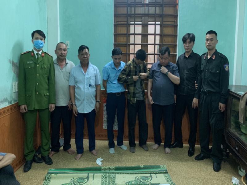 Tạm giữ 10 đối tượng tụ tập đánh bạc tại Hà Tĩnh, thu giữ gần 10 triệu đồng